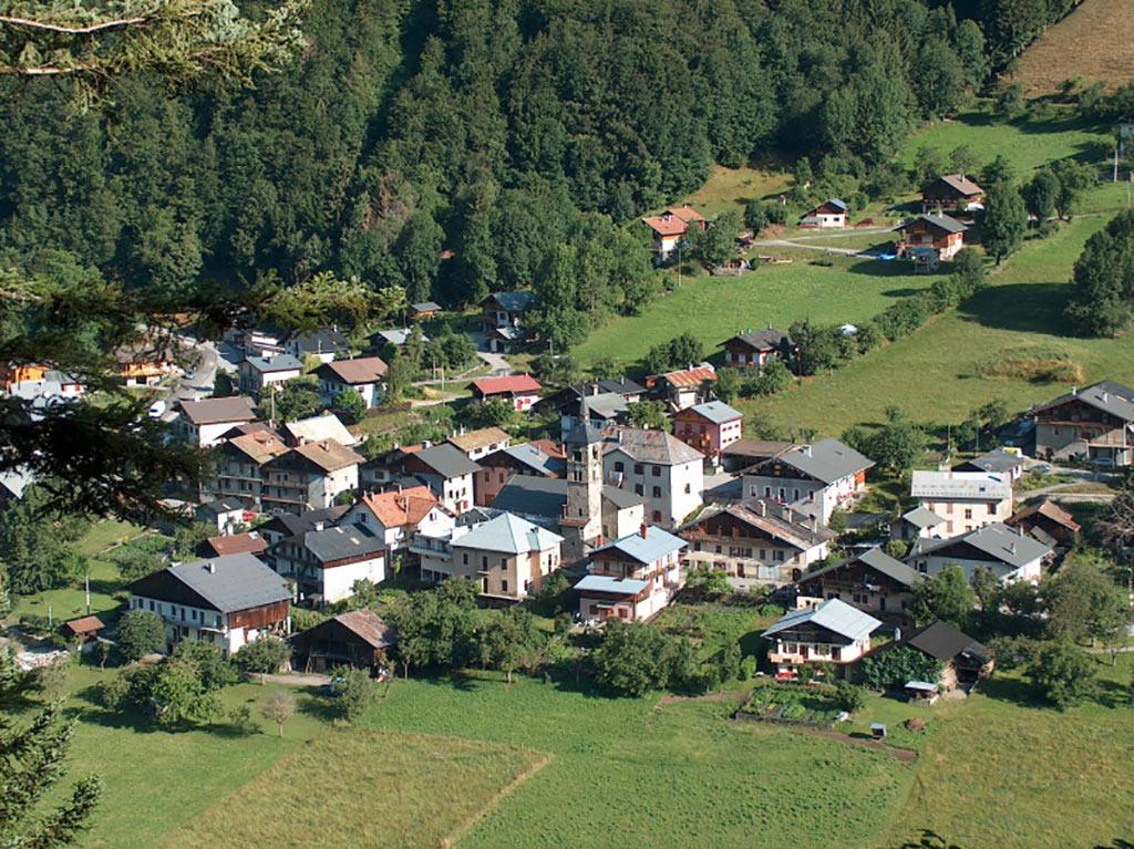 Le village de Villard sur Doron vu de loin