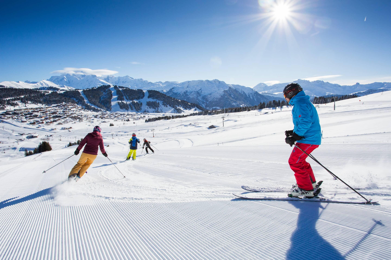 Ski alpin sur les belles pistes enneigées des Saisies